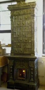Grönglaserad kakelugn med hylla från ca 1880-talet. Höjd 320 cm
